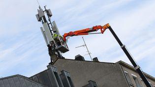 L'installation d'une antenne de téléphonie 4G et 5G à Rennes (Ille-et-Vilaine). Photo d'illustration. (VINCENT MICHEL / MAXPPP)