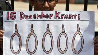 Une Indienne tient une pancarte demandant la peine de mort pour les quatre hommes accusés du viol et du meurtre d'une étudiante à New Delhi (Inde), le 11 septembre 2013. (MANAN VATSYAYANA / AFP)