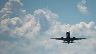 Un avion dans le ciel américain, le 3 septembre 2018. (SAUL LOEB / AFP)