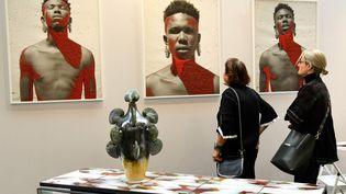"""""""Ma'leven"""" de l'artiste sud-africain Sakhile Cebekhul exposé à la Foire AKAA (Also Known as Africa) au Carreau du Temple à Paris du 9 au 11 novembre 2019. (BERTRAND GUAY / AFP)"""