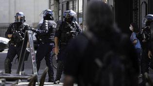 """Des membres des forces de l'ordre lorsde la """"marche des libertés"""" à Nantes (Loire-Atlantique), le 12 juin 2021. (ESTELLE RUIZ / HANS LUCAS / AFP)"""