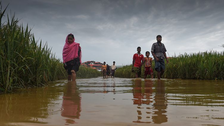 Réfugiés Rohingyas marchant dans le camp de réfugiés du district d'Ukhia au Bangladesh. (MUNIR UZ ZAMAN / AFP)