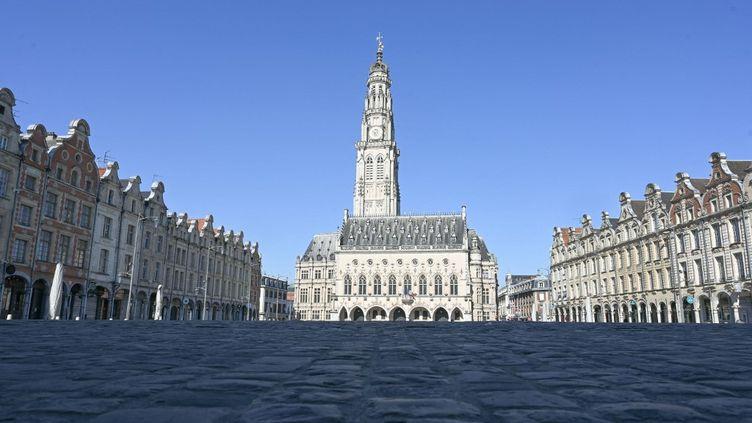 La place des Héros, à Arras (Pas-de-Calais), déserte pendant le premier confinement, le 26 mars 2020. (DENIS CHARLET / AFP)