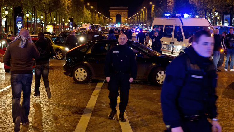 Des policiers manifestent sur les Champs-Elysées après s'être vu refuser l'accès au ministère de l'Intérieur, le 25 avril 2012 à Paris, pour protester contre la mise en examen d'un de leurs collègues. (BERTRAND LANGLOIS / AFP)