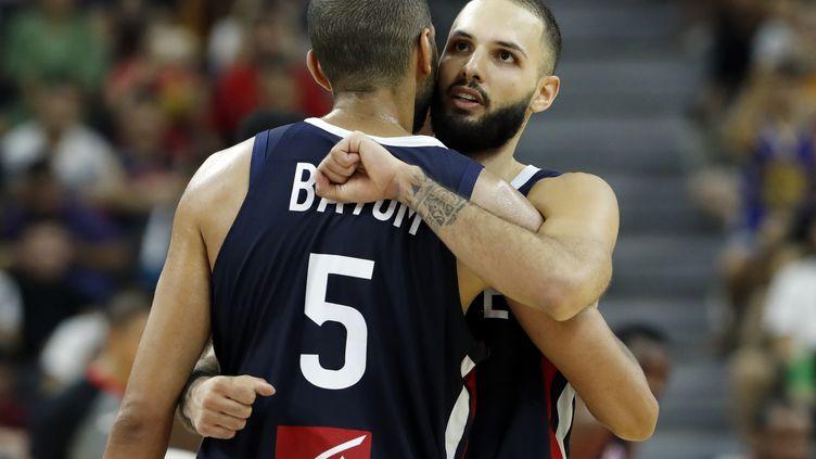 Nicolas Batum (de dos) et Evan Fournier après l'exploit historique de l'équipe de France, victorieuse des Etats-Unis en quart de finale de la Coupe du monde de basket, mercredi 11 septembre. (KIM KYUNG HOON / REUTERS)