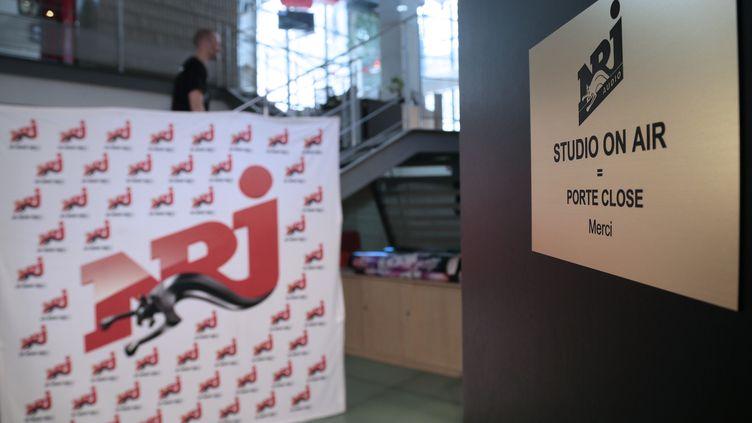 Un studio de la radio NRJ, à Paris, le 24 juillet 2012. (JACQUES DEMARTHON / AFP)