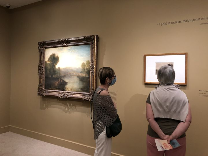 Françoise et Nicole étaient les premières à pouvoir admirer les toiles du peintre anglaisJ. M. W. Turner, depuis la réouverture du musée Jacquemart-André ce mardi 26 mai. (MANON BOTICELLI / FRANCEINFO)