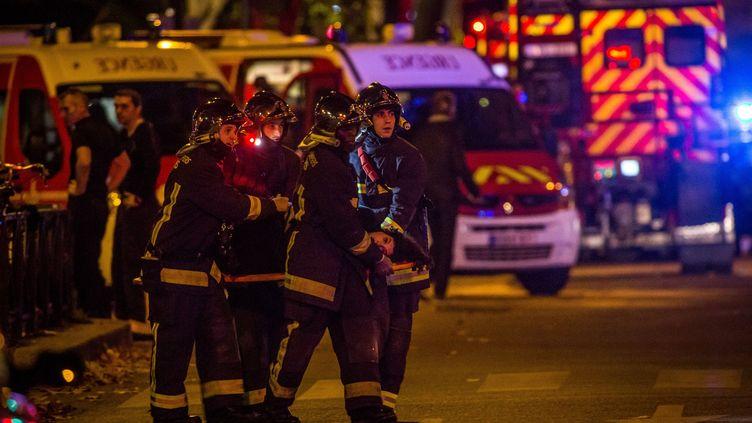 Des pompiers de Paris évacuent une victime du Bataclan, le 13 novembre 2015. (GAUTIER-SAGAPHOTO / ONLY FRANCE / AFP)
