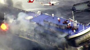 Le feu se serait déclaré dans le garage inférieur du ferry, où se trouvaient plus de 200 véhicules. (GUARDIA COSTIERA / REUTERS)