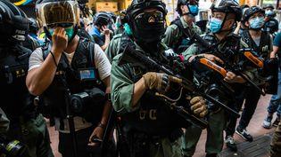 Des policiers lors d'affrontements avec des manifestants à Hong Kong, le 1er juillet 2020. (DALE DE LA REY / AFP)