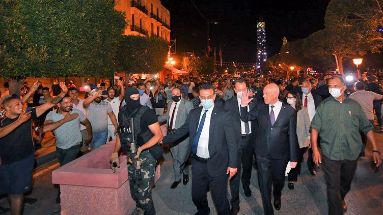 Une photo fournie par la page Facebook de la présidence tunisienne le 26 juillet 2021 qui montre le président tunisien Kaïs Saïed parmi ses supporters sur l'avenue Habib Bourguiba à Tunis. (TUNISIAN PRESIDENCY FACEBOOK  / AFP)