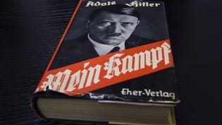 """Une ancienne édition allemande du livre d'Adolf Hitler, """"Mein Kampf"""", à Berlin, le 7 décembre 2015. (TOBIAS SCHWARZ / AFP)"""