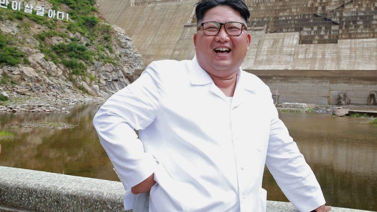 Le leader nord-coréen Kim Jong Unen visite dans une usine électrique de la province d'Hamgyong, le 17 juillet 2018. (KCNA VIA KNS / KCNA VIA KNS / AFP)