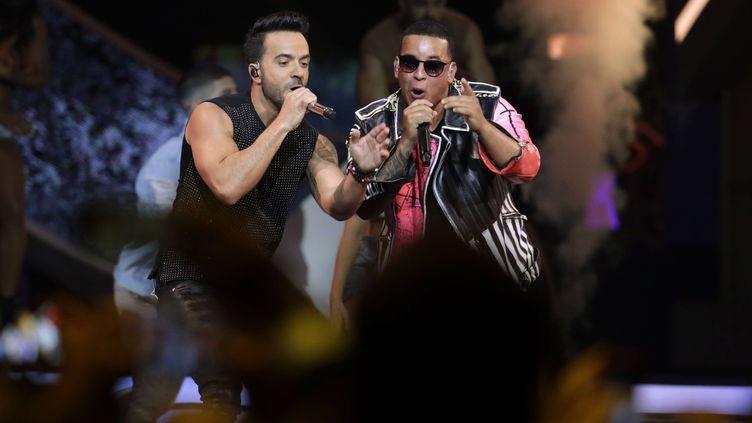 Les chanteurs Luis Fonsi et Daddy Yankee, lors des Latin Billboard Awards à Coral Gables, en Floride (Etats-Unis), le 27 avril 2017. (LYNNE SLADKY / AP / SIPA)