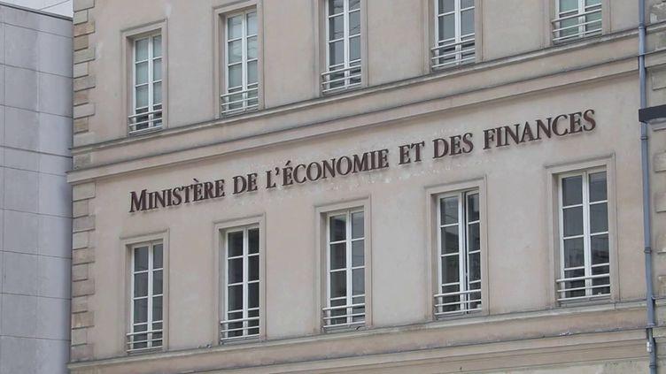 C'est le premier budget d'après-crise et le dernier du quinquennat. Le gouvernement a présenté ses arbitrages ministère par ministère et pour 2022, il n'y a pas de perdants : tous les budgets sont revus à la hausse. L'opposition dénonce des prévisions incomplètes. (France 3)