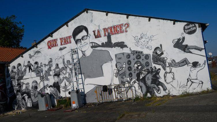 Une fresque en hommage à Steve Maia Canico, le jeune homme décédé après une chute dans la Loire lors d'une charge de la police pendant la fête de la musique à Nantes (France) le 21 juin 2019. (ESTELLE RUIZ / NURPHOTO / AFP)