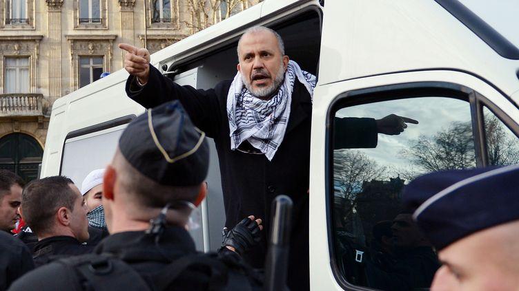 Le président du collectif Cheikh Yassine, Abdelhakim Sefrioui, alors qu'il est arrêté par les forces de l'ordre lors d'une manifestation de soutien à la Palestine, le 29 décembre 2012 (photo d'illustration). (MIGUEL MEDINA / AFP)