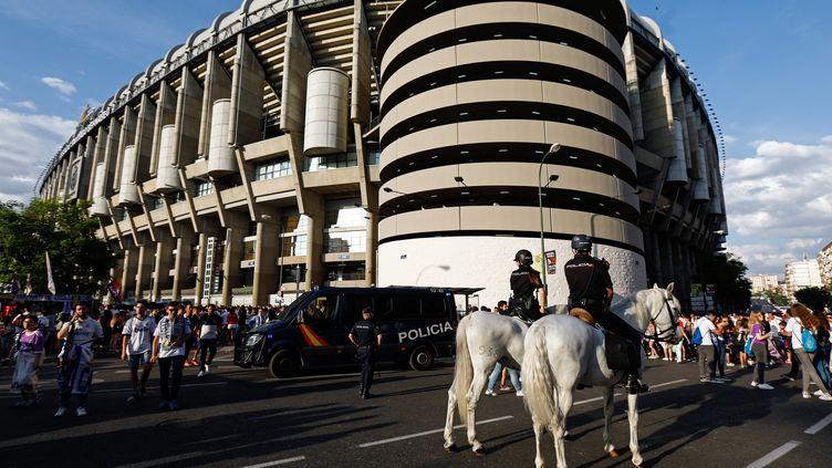 Des policiers assurent la sécurité devant le stadeSantiago-Bernabeu de Madrid (Espagne), le 3 juin 2017, avant un match du Real pour la Ligue des champions. (OSCAR DEL POZO / AFP)