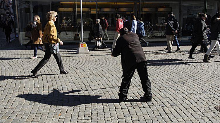 Un mendiant dans la ville de Malmö, en Suède. Depuis le 1er août, dans certaines villes, il faut un permis pour mendier. (FRANCIS DEAN / CORBIS NEWS)