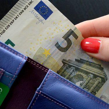 Une main sort un billet d'un portefeuille. (  MAXPPP)