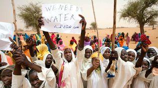 De jeunes Soudanaises accueillent une délégation de laMission conjointe des Nations unies et de l'Union africaine au Darfour à Forog (Darfour), le 30 mai 2012. (ALBERT GONZALEZ FARRAN / AFP)