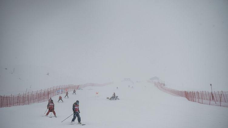 La météo a eu raison de la descente dames à Val d'Isère, le 21 décembre 2019. (JEFF PACHOUD / AFP)