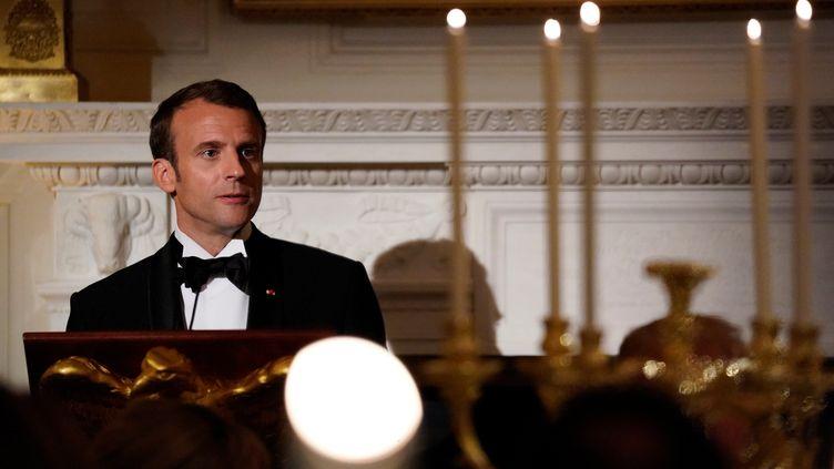 Emmanuel Macron porte un toast lors d'un dîner d'Etat, le 24 avril 2018, à Washington (Etats-Unis). (CARLOS BARRIA / REUTERS)