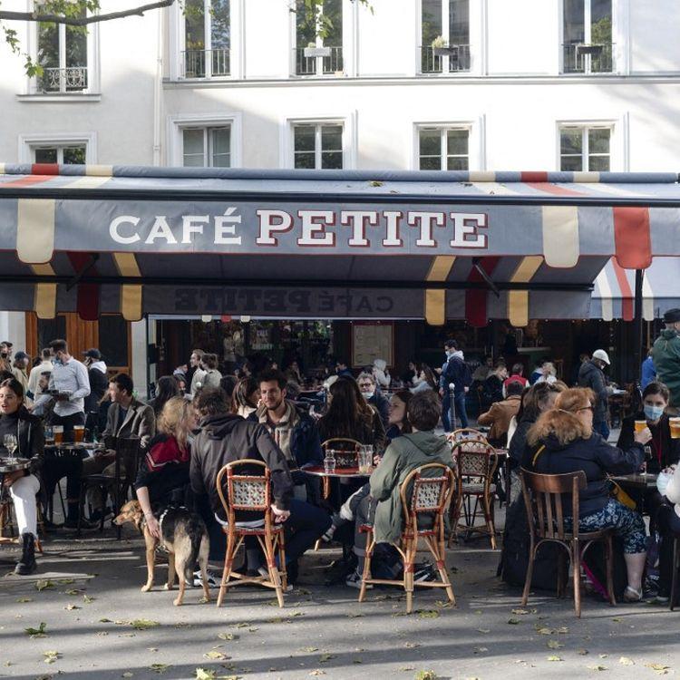 La terrasse d'un café situé sur le boulevard Saint-Martin, à Paris, le 19 mai 2021, jour de réouverture des terrasses. (REMI DECOSTER / HANS LUCAS)