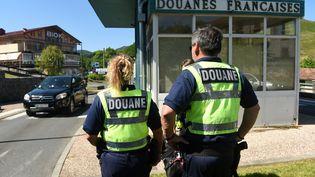 Les douanes franaises à la frontière espagnole, àAinhoa (Pyrénées-Atlantiques), le 21 juin 2020. (GAIZKA IROZ / AFP)