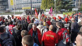 En 2009 un millier d'employés de l'usine Goodyear manifestent devant les locaux de l'entreprise contre le projet de fermeture. (PATRICK KOVARIK / AFP)