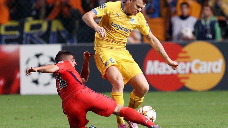 John Arne Riise ici sous le maillot de l'Apoël Nicosie face au Parisien Marco Verratti. (SAKIS SAVVIDES / AFP)