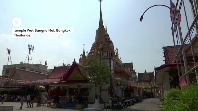 En Thaïlande, un temple bouddhiste met à disposition de ses fidèles des cercueils. L'objectif est de se rapprocher de la mort pour relativiser les problèmes du quotidien.