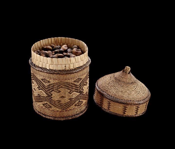 Panier contenant des noix de cajou (Meg. J. Watts)