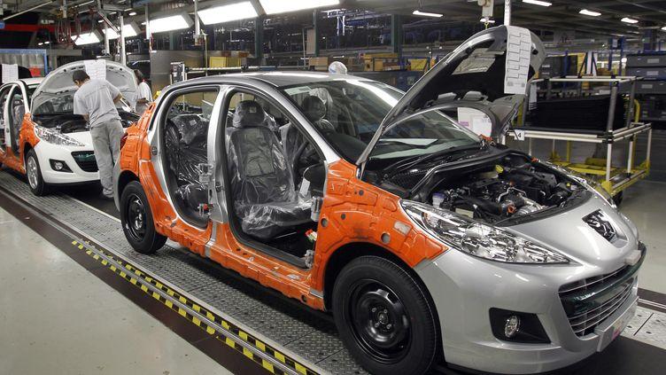 La ligne de production de la nouvelle Peugeot 208 à l'usine PSA Peugeot-Citroën de Poissy (Yvelines), le 27 janvier 2012. (THOMAS SAMSON / AFP)