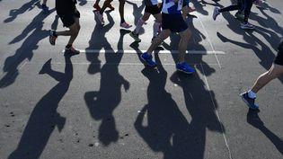 Joggeurs pendant le marathon de Berlin (Allemagne) le 16 septembre 2018 (JOHN MACDOUGALL / AFP)