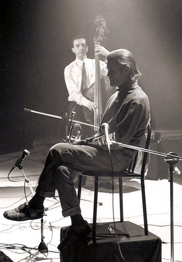 """Chet Baker, et en arrière-plan, Riccardo Del Fra, sur le tournage du film """"Chet's Romance"""" de Bertrand Fèvre (1987)  (José Madani)"""
