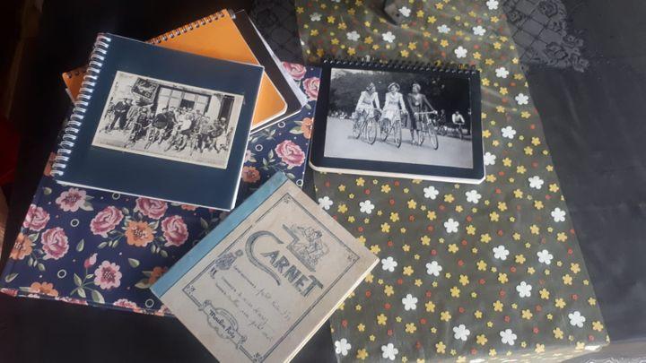Sur la table de la salle à manger de Jeanine, des livres d'or remplis par les randonneurs qui y ont fait escale. (FARIDA NOUAR / RADIO FRANCE)