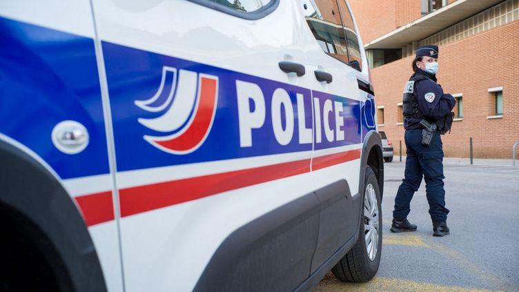 Une policière à Montauban, le 19 février 2021 (image d'illustration). (PATRICIA HUCHOT-BOISSIER / HANS LUCAS / AFP)