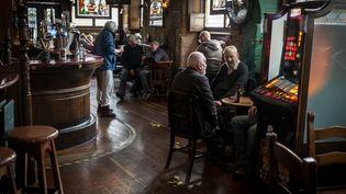 Les clients d'un pub à Glasgow (Ecosse) le 7 octobre 2020. (JULIEN MARSAULT / HANS LUCAS / AFP)