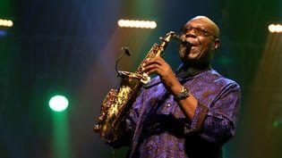 Le saxophoniste Manu Dibango, le 3 août 2019 à Marciac (Gers). (SEBASTIEN LAPEYRERE / HANS LUCAS / AFP)