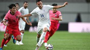 Le Français Florian Thauvin défendu par deux joueurs coréens vendredi dernier à Séoul face à la Corée du Sud (2-1). (JUNG YEON-JE / AFP)