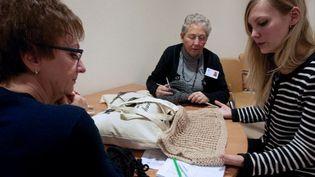 """Aux Pays-Bas, le concept """"Granny's Finest"""": quand les créateurs rencontrent les mamies tricoteuses  (MAUDE BRULARD/ AFP)"""