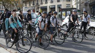 Des livreurs à vélo manifestentcontre la baisse des tarifs, l'impossibilite de changer les contrats sans accord collectif et la prise en compte de la pénibilité du travail, à Paris, le 12 octobre 2018. (MAXPPP)