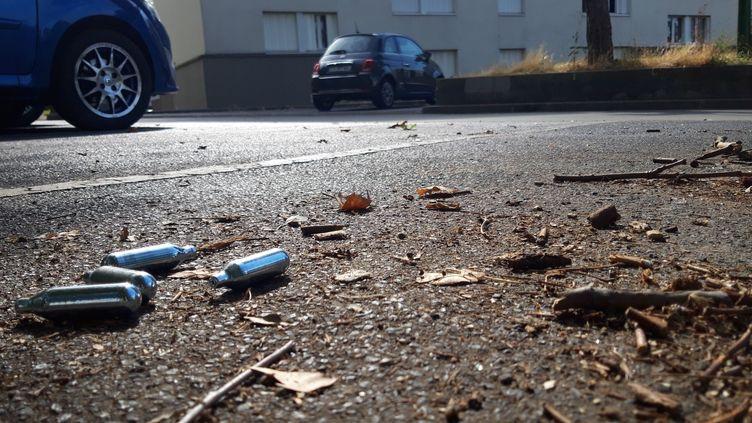 Des capsules de gaz hilarant au sol à la cité de l'Europe d'Aulnay-sous-Bois, le 1er août 2019. (POUPEAU THOMAS / MAXPPP)