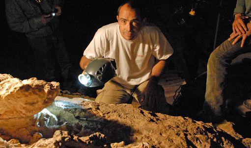 Laurent Bruxelles au travail dans la grotte de Sterkfontein (Francis Duranthon, Muséum d'histoire naturelle de Toulouse)