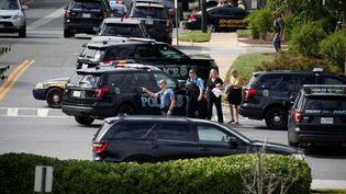 La police sécurise la zone où a éclaté une fusillade dans les locaux d'un journal à Annapolis (Etats-Unis), le 28 juin 2018. (JOSHUA ROBERTS / REUTERS)