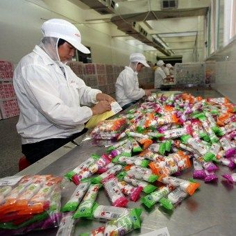 Travailleurs chinois qui emballent des bonbons dans une usine de Jinjiang, province du Fujian, au sud-est de la Chine. (AFP CHINE XTRA)