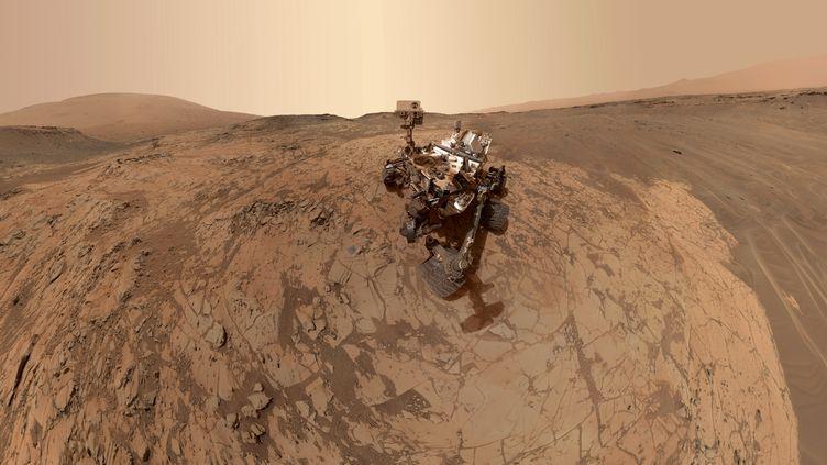 Le robot Curiosity sur le site deMojave, sur la planète Mars, dans un cliché rendu public le 24 mars 2015 par la Nasa, l'agence spatiale américaine. ( NASA / JPL-CALTECH)