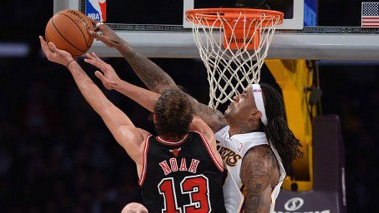 Joakim Noah à l'attaque du cercle des Lakers