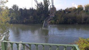 Un pont métallique suspendu s'est effondré à Mirepoix-sur-Tarn lundi 18 novembre. (SANDRINE MORIN / RADIO FRANCE)